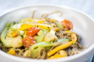 Lecker und gesund, praktisch und schnell - das sind Gerichte die in jeden Haushalt passen. Sobanudeln mit japanischer Gemüse-Pfanne sind ein leckeres Rezept welche sich auch zum Vorkochen eignet. Es ist ballaststoffreich und nicht nur vegetarisch, sondern auch vegan und somit laktosefrei. Step by Step zeige ich dir im Video wie du dieses leckere Gericht schnell und einfach auf den Tisch zauberst. #feierSun